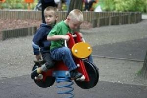 bambini-in-bicicletta-giocattolo