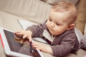 bambino-con-tablet
